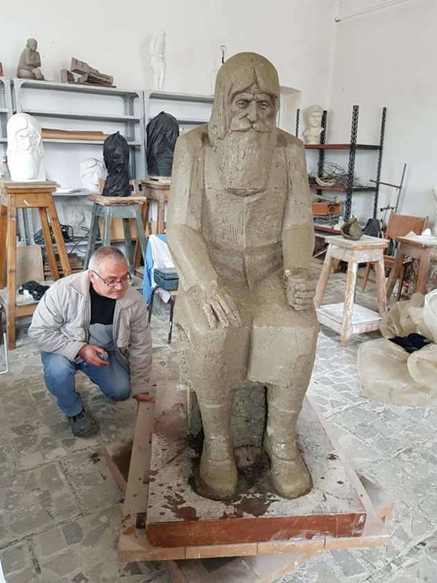 Баща и син вдигат паметник на дядо Добри
